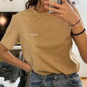 Helt oanvänd beige t-shirt i storlek M. Säljes pga: kommer inte till användning. Frakt tillkommer🦋✨