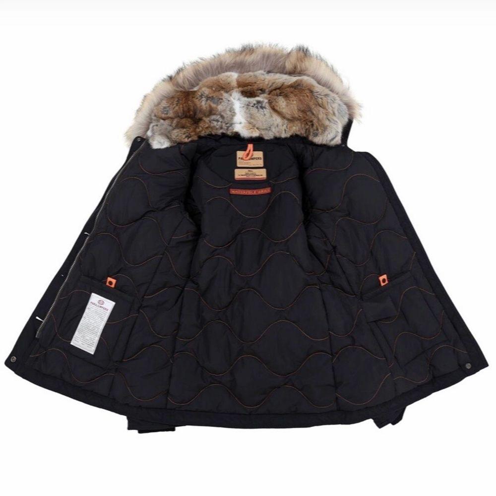 Säljer min äkta Parajumpers Doris jacka med äkta päls. Storlek L, men passar även M. Använd en vinter för två år sedan, efter det knappt använd. Är i fint skick. Köpt på Länna Sport för 9299kr, har dock tyvärr inget kvitto kvar då den köptes 2018. Hör av er för fler bilder på jackan.. Jackor.