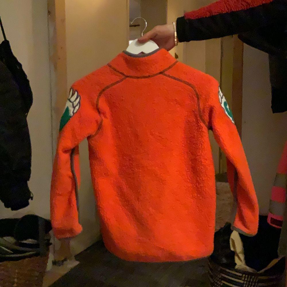 Fleecejacka av märket milo. Storlek 140, för barn. Säljer då den inte kommer till användning längre. Frakt ingår. Huvtröjor & Träningströjor.
