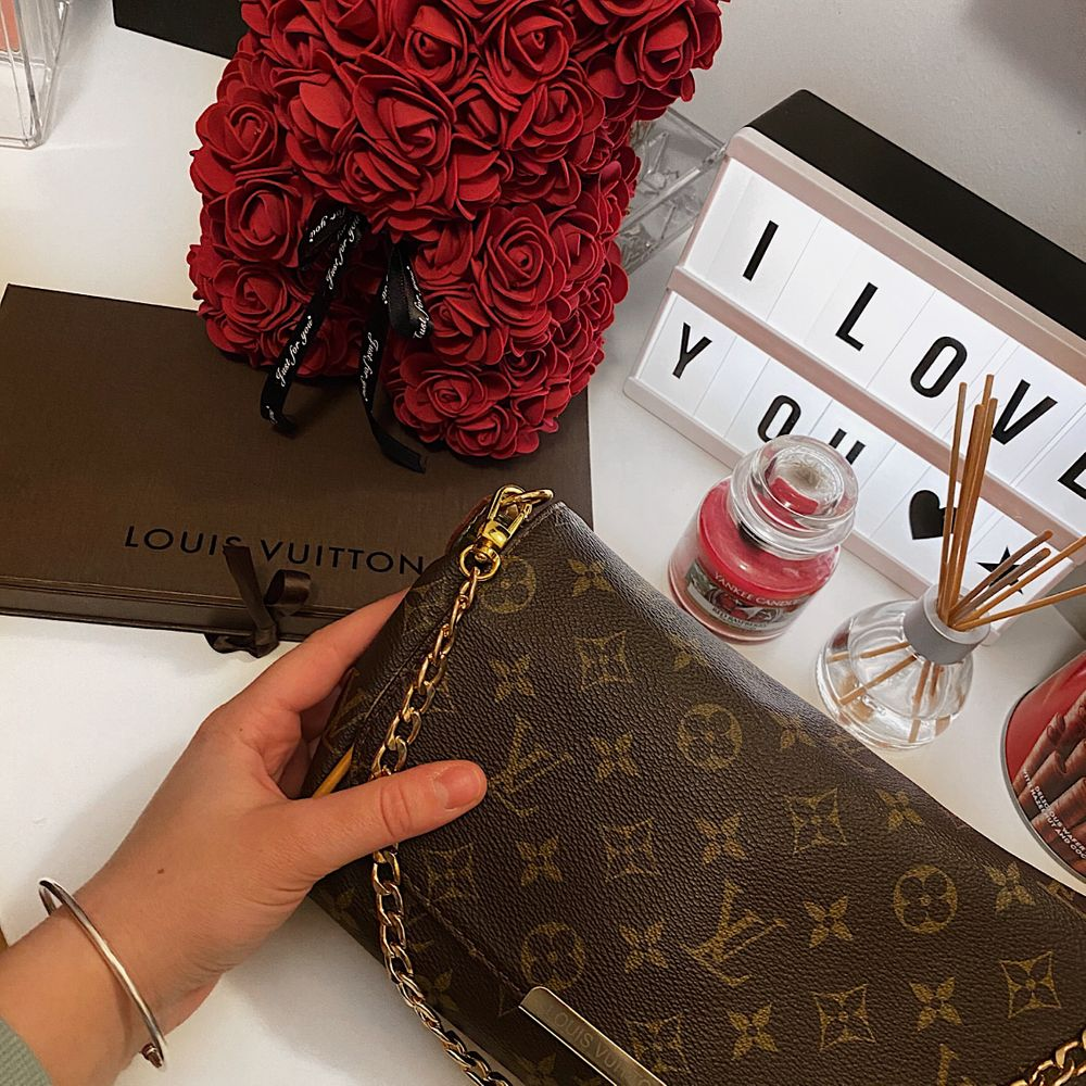 Säljer nu min Louis Vuitton väska som är nästa ny.  . Väskor.