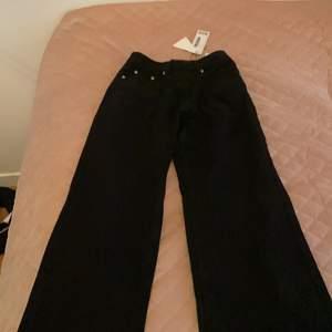 Säljer ett par snygga svarta mom jeans från bohoo i storlek 34 då de tyvärr satt lite för stort på mig. Köparen står för frakten🤍