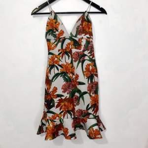 Bodycon Strappy Floral Dress                                                    Sitter som en smäck, tyvärr inte på mig då jag beställde fel storlek! Den är basically i helt ny skick (endast provat den)             📦Frakt förekommer!