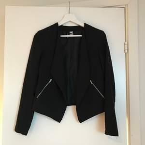 Jättefin svart blazer från H&M (divided) med silverdetaljer, använd 2-3 gånger!