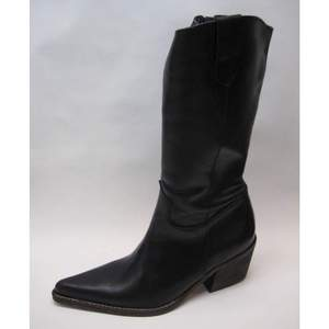 Minimalistiska Western Boots  Material: äkta skinn + velour foder. Dragkedja på insidan.  Storlek: EU 37 // 23,5cm  Mått: klack ca 5,5cm // skaft ca 35cm  Skick: helt nya! Oanvända!  Säljer dessa då de var förstora för mig (& det var tyvärr inte retur)