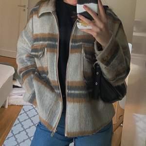Snygg rutig jacka med dragkedja från Gina tricot premium quality. I storlek S