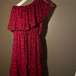 One shoulder klänning från NA-KD använd två gånger, super söt röd färg med blåa blad.