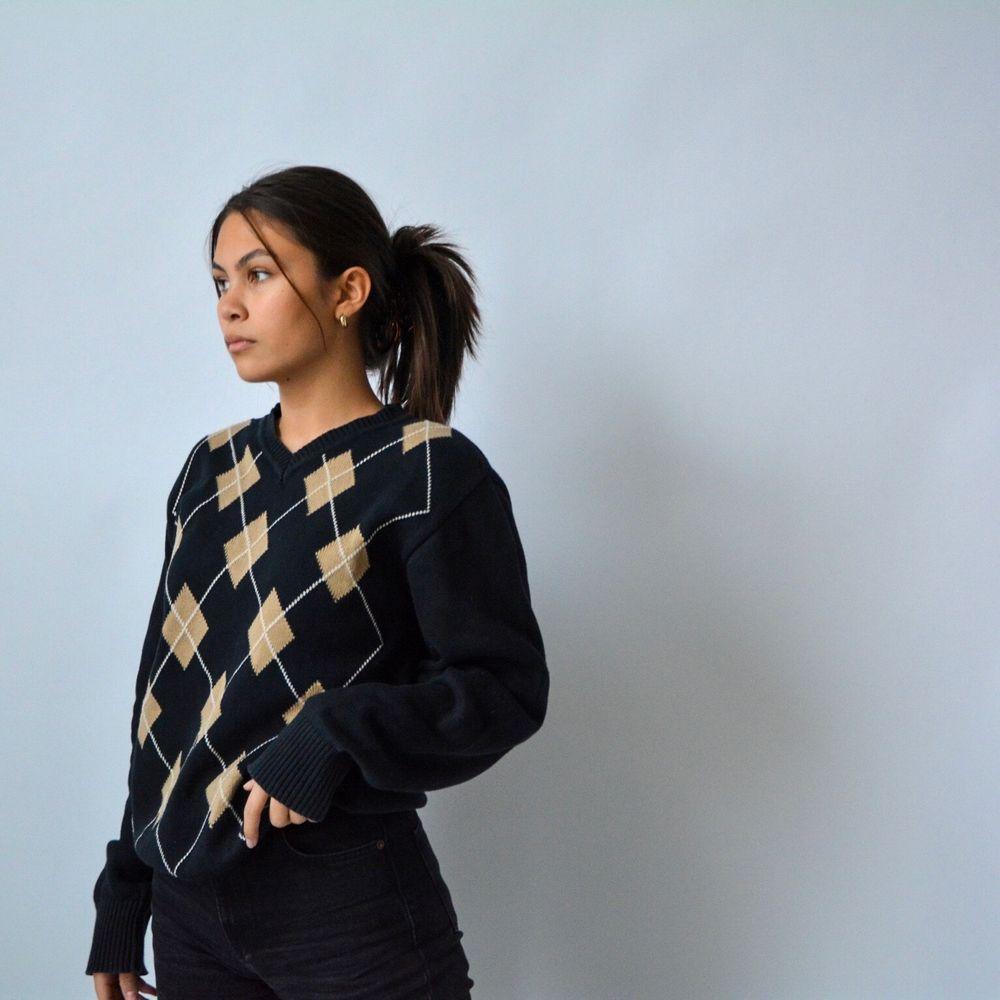 På Instagram kontot @studiohumla hittar ni ett utbud av handplockad secondhand💘 bland annat denna fina preppy stickade tröjan, kram. Stickat.