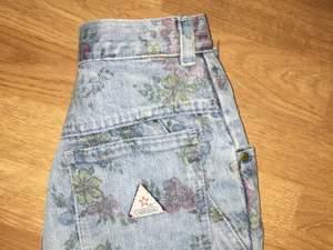 Högmidjade vintage shorts med blommor på! Super söta som tyvärr har blivit försmå