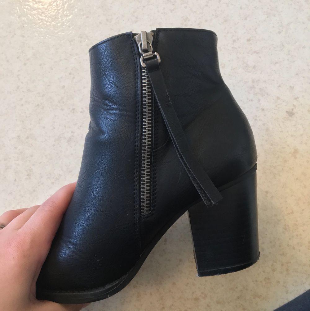 Utöver några skavanker där foten böjer sig så är de i väldigt bra skick och de är sköna att gå i för att vara klackar! Skinnet är fake‼️  . Skor.