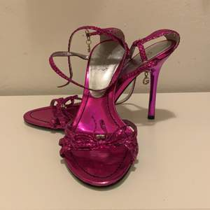 Beautiful purple Guess sandals, new! Leather sandals with comfortable heels! Can meet up in Stockholm 🌟