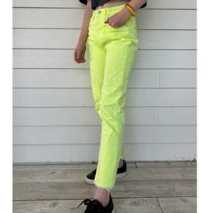 Ett par skitcoola och utstickande jeans ifrån zara i neon gul färg. Snygga med en enkel tröja för vardagsandvänding eller med en cool topp till fest.