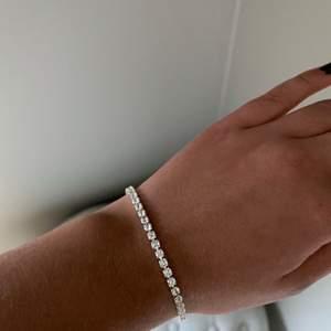 Jätte fint armband från glitter använt typ 1 gång men säljer då det är för stort för mig, nypris 100kr, köparen betalar frakt