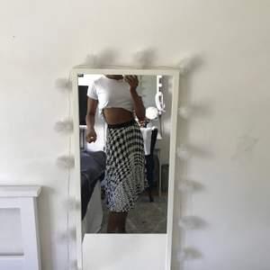 Denna super snygga somriga kjol från h&m som jag jag har använt 2gånger 🖤🤍