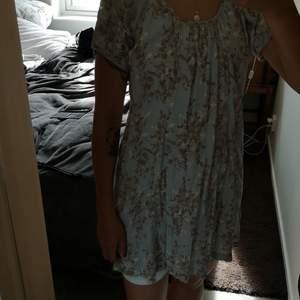 Ljusblå sommarklänning i gulligt mönster. Knappar i ryggen. Storleken är i 40 men jag bär 36 i vanliga fall.