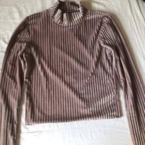 Tajt, väldigt ljust lila färg med guld som tar över tröjan. Säljer pga jag inte använder längre. Använd fåtal gånger. Väldigt fin och passar väldigt bra till svarta jeans🤩 100kr+frakt, pris går att diskutera!🥰