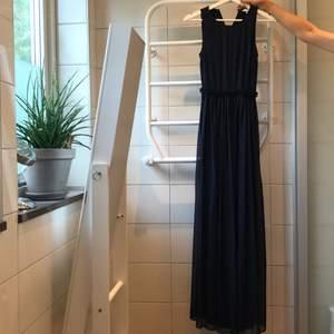 Lång Klänning i storlek 35 mörkblå. Använd och tvättad en gång. Plus frakt 66kr