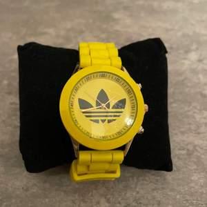 En gul retro Adidas klocka från 90 talet!🥰