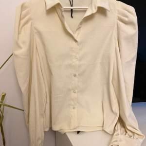 Hej! Säljer nu denna fina skjorta från Bik Bok! Fick den i present men tyvärr inte haft den vid användning pågrund av att storleken är för stor på mig!