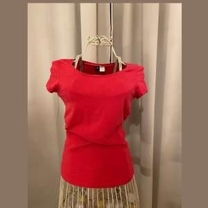 Röd T-shirt i storlek 38❤️ Ej använd. Pris: 20kr+frakt🚚
