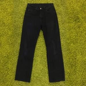 svarta straight leg jeans köpta secondhand, supersnygga men inte riktigt min stil längre. det finns varken märke elr storlek men skulle gissa att det är strl 25/26 i midjan :) midjemått: 74 cm, innerbenslängd: 73 cm (frakt tillkommer)