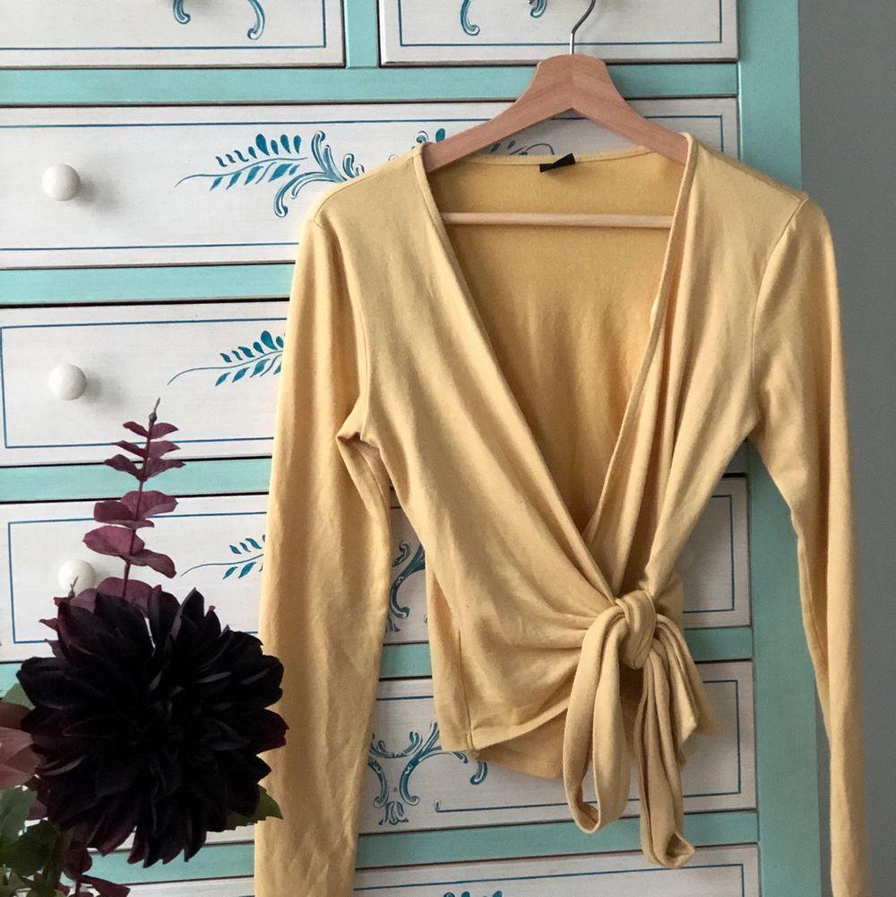 En härlig gul tröja som formar midjan perfekt. Sitter tight mot kroppen och har en vacker passform. Dessutom är materialet mjukt och skön att ha mot kroppen. Som förtsa pris ligger den på 70 kr + frakt. Skriv gärna bud i kommentarsfältet. . Tröjor & Koftor.