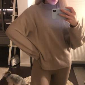 Jätte fin stickad beige tröja!!! Kommer inte till användning så därför säljer jag den💗💗