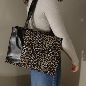 En super fin vintage leopard väska. Jätte bra skick.  Köparen står för frakt
