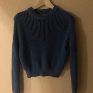 Blå stickad tröja från PULL&BEAR. Storlek S. Fint skick. Köparen står för frakt.