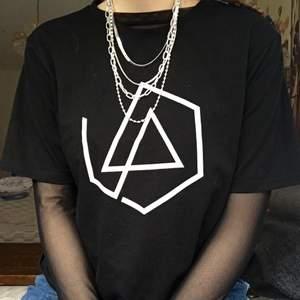 Riktigt ball linkin park t -shirt med deras hexagon logga, fast med en sista linje som saknas (som ska hedra deras avlidne sångare. Paketpris vid köp av flera LP saker!
