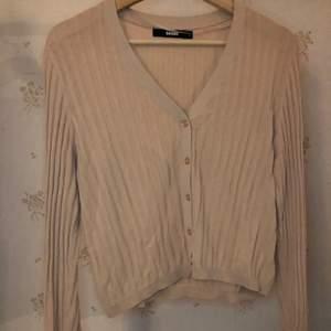 Superfin beige lite rosa tröja från bikbok endast testad säljs då den inte riktigt är min stil, den är lite tunnare i materialet men i bra skick☺️,frakt tillkommer och kan hämtas upp🥰