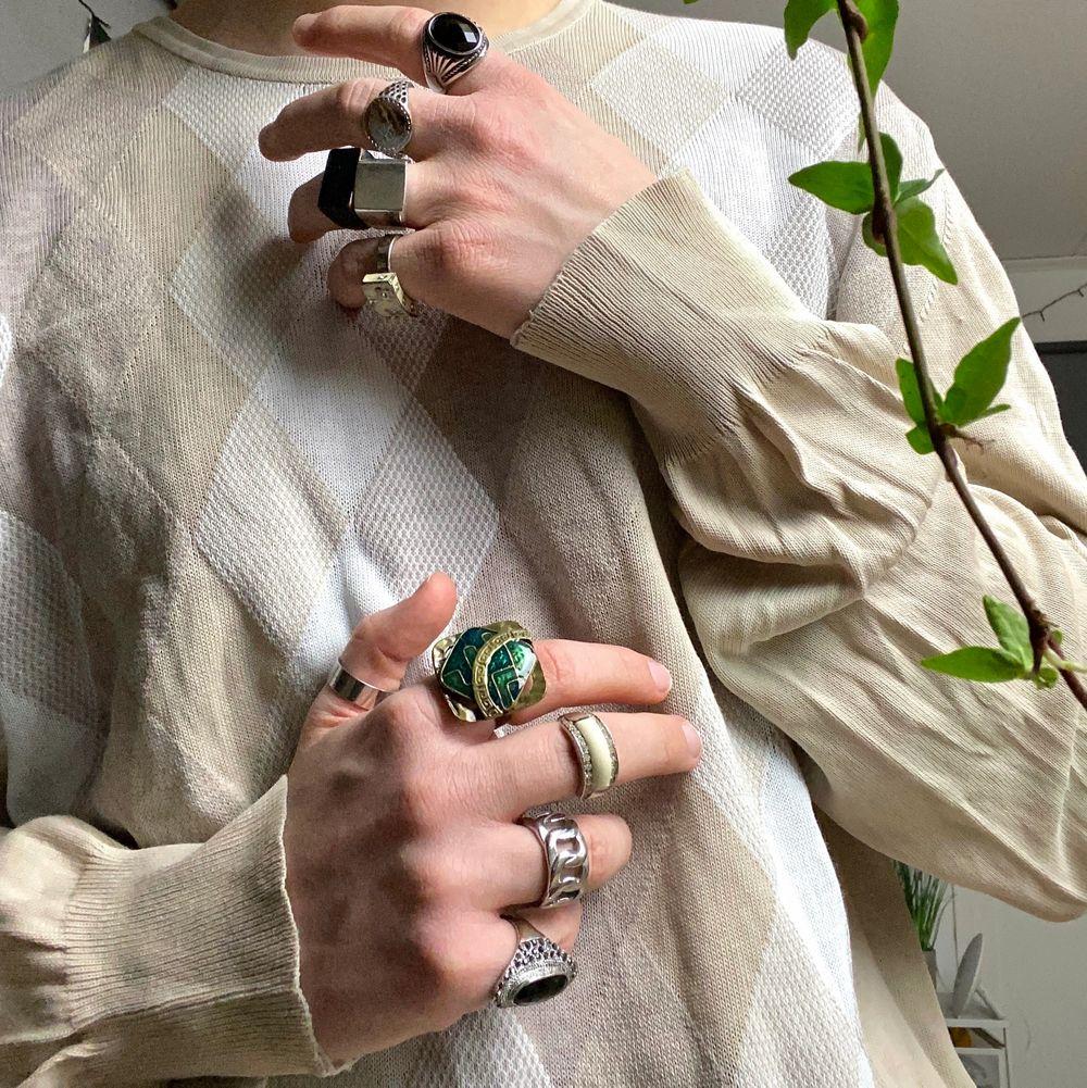 Ganska sliten men i bra skick och snygg, sitter skönt och kan användas både alldagligt och lyxigt ✨. Tröjor & Koftor.