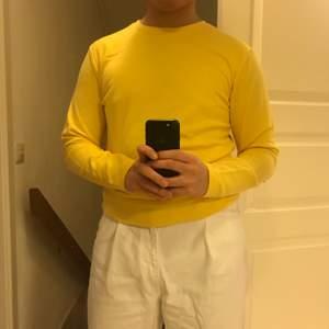 Väldigt klar gul färg. Aldrig använd och lapp kvar.