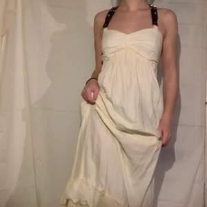 Cool och söt y2k klänning strl xs-s skulle jag säga.✨ Funkar som fin klänning eller sommar/vår klänning. Hann inte stryka den så den är lite skrynklig men men. Köparen står för frakt. Skriv för fler bilder elr frågor!💖