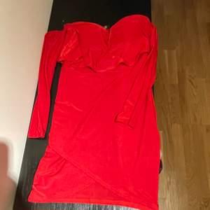 Oanvänt skick pga fel storlek. Kupor finns i klänningen som håller brösten på plats. Köpt på Missguided.