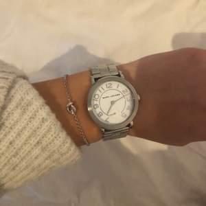 Jätte fin Marc Jacobs klocka köpt på NK. Dessvärre inget kvitto kvar. Denna klocka är knappt använd och gott som ny. Går att göra klockan större runt handleden, finns fler spännen att sätta på. Köpt för 2200kr på NK och säljs för 650kr! Pris kan diskuteras!