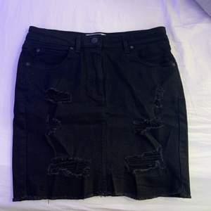 Jätte fin svart kjol med hål💖 1 år gammal och andvänd några få gånger
