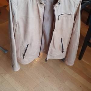 Säljer den har söt och unique pure  leather jacka som passar till båda kön. Mycket mysig och stylig. Passar S-L och den matcherar med allt. Finns flera bilder och köpare står på frakt. Bud i Kommenterna ink frakt .