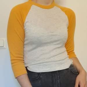 Frakt INGÅR i priset! Säljer en grågul tröja från HM. Man brukar oftast se dessa i amerikanska tonårsdraman, vilket ger det lite extra appeal 💛🤍 har använt den ett fåtal gånger. Dessvärre blivit lite nopprig på ärmarna, men går enkelt att ta bort!