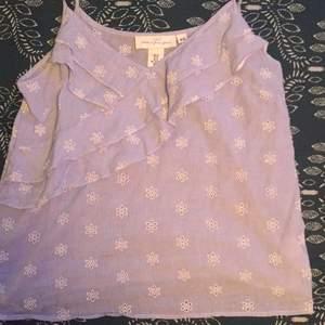 Ett så fint ljusblått linne, från hm i strlk 40. Frakten är exlusive, det blir budgivning om flera är intresserade. Obs, det är lite mer ljusblått än lila som det ser ut på bilden:))