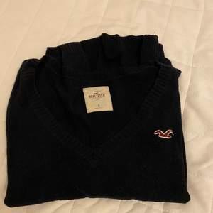 Hej! Säljer en hollister tröja i storlek small. Den är mörkblå. Säljer den för 100 ink spårbar frakt.