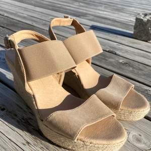 Supersnygga skor med kilklack som nu säljs för att de inte längre kommer till användning! De är i superfint skick, men på bild 3 syns på sulan att de är använda! Pris: 170kr(priset är inkl frakt!)💞⚡️