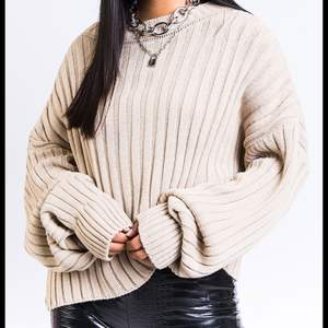 Säljer en beige skickad tröja från Madlady i strl XS men den är lite oversize så den passar även folk med S. Det är en superskön tröja som är perfekt för lite kallare väder! Den är oanvänd då beige inte riktigt var min färg. Nypris:329kr.