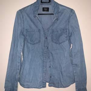 """""""Jeans"""" skjorta. Från Only. Hämtas upp eller fraktas. Köparen står för frakt. Frakten ligger på ca 40kr. Skicka privat för bättre bild."""