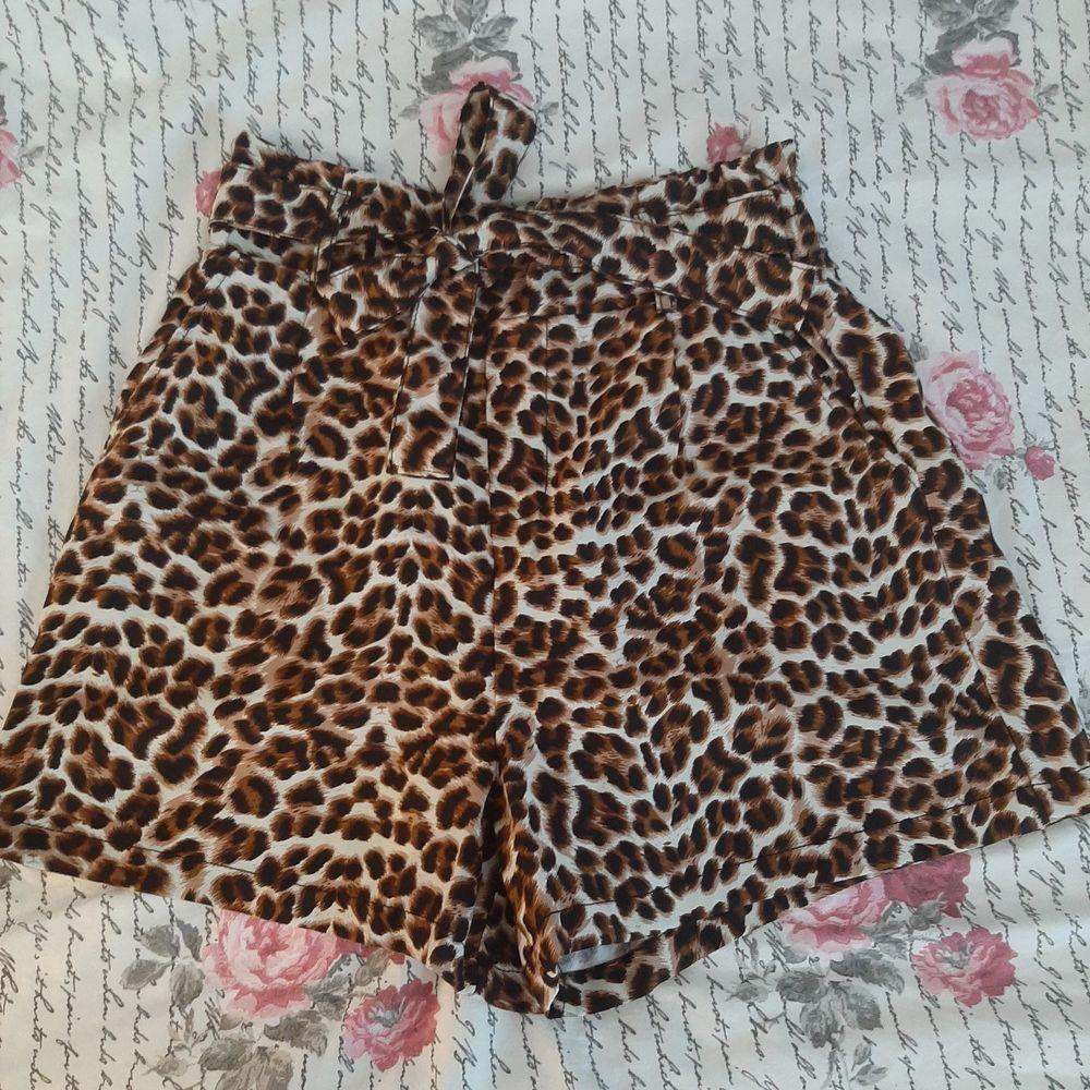 Ett par leopard shorts men knytning i midjan. Skicka ett meddelande så bestämmer vi ett pris 💕. Shorts.
