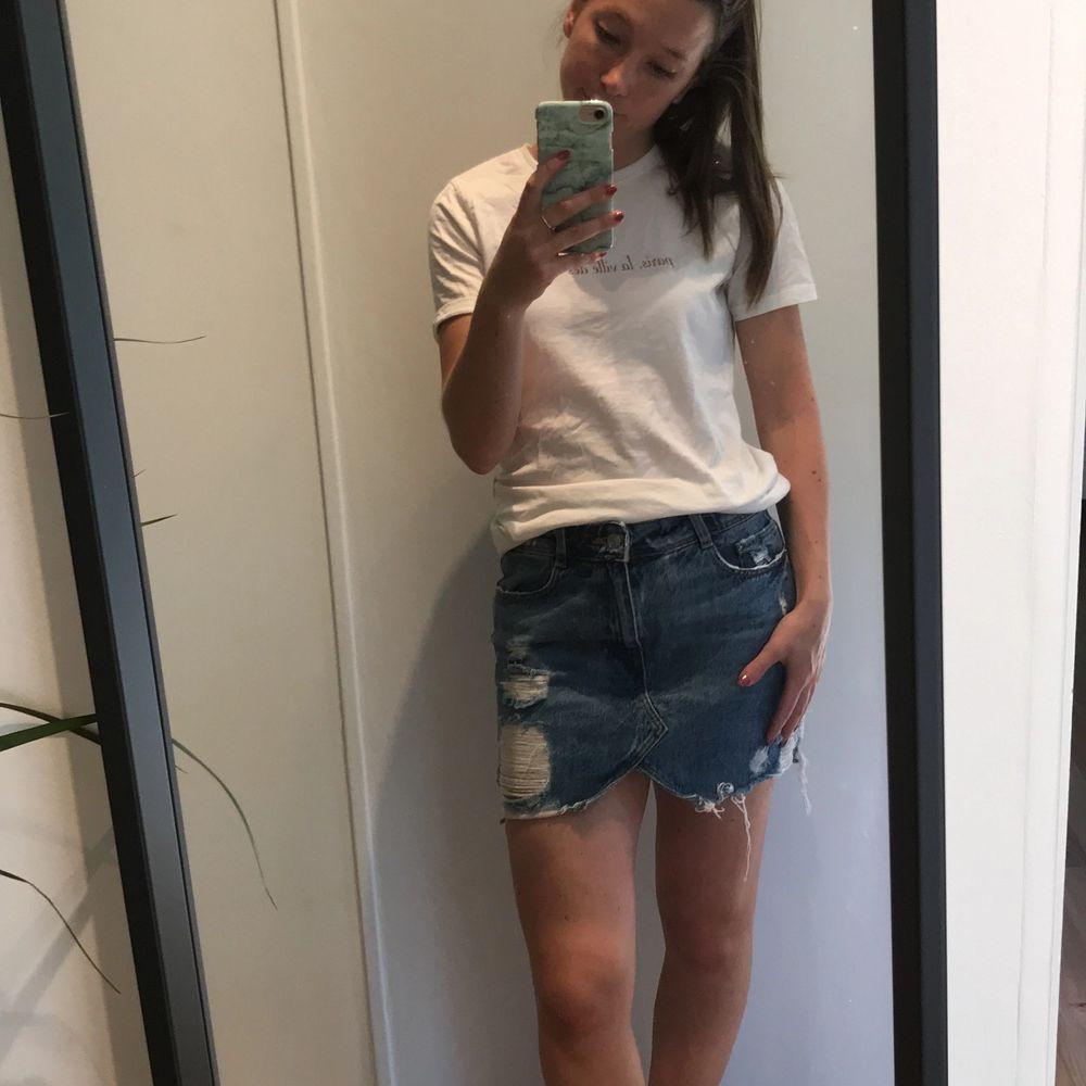 Snygg kjol med slitningar från Zara. Endast använd ett fåtal gånger, så den är som ny! Det är en bra längd på kjolen, jag som bär den är 161 CM. 100 kr + frakt . Kjolar.