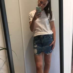 Snygg kjol med slitningar från Zara. Endast använd ett fåtal gånger, så den är som ny! Det är en bra längd på kjolen, jag som bär den är 161 CM. 100 kr + frakt
