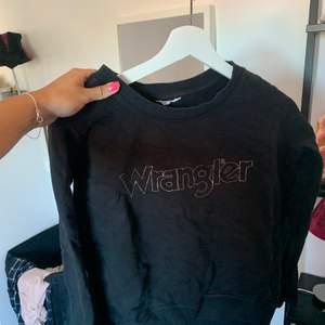 Svart tröja från wrangler som är som ny! Storlek S. Tar betalt via swish, köparen står för frakten, kan även mötas upp i Gävle💗