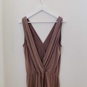 Säljer denna otroligt sköna och härliga playsuit från Zara i beige-rosa. Frakt: 30kr.