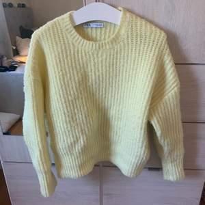 Säljer denna fina tröja pga att den inte används. Köptes på zara för ca 2 månader sedan. Köpare står för frakt