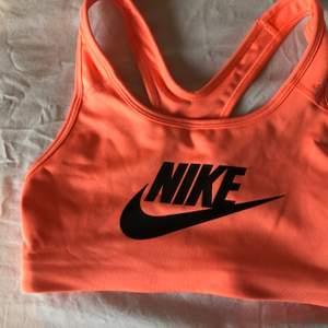 Säljer denna rosa sport bh från Nike, använd fåtal gånger. Är mera rosa i verkligheten, ser mer orange ut i kameran! Frakt tillkommer